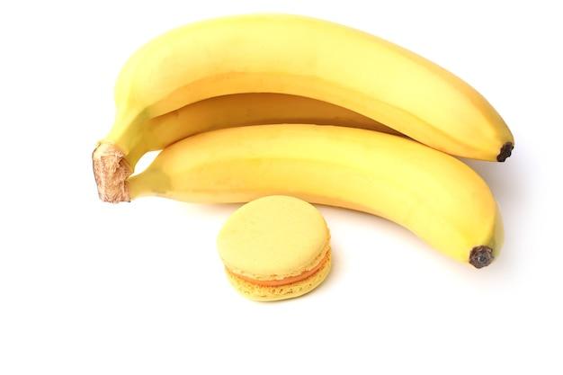 白い背景で隔離のバナナとマカロン