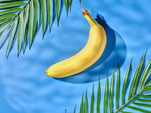 테이블에 바나나와 야자수 잎