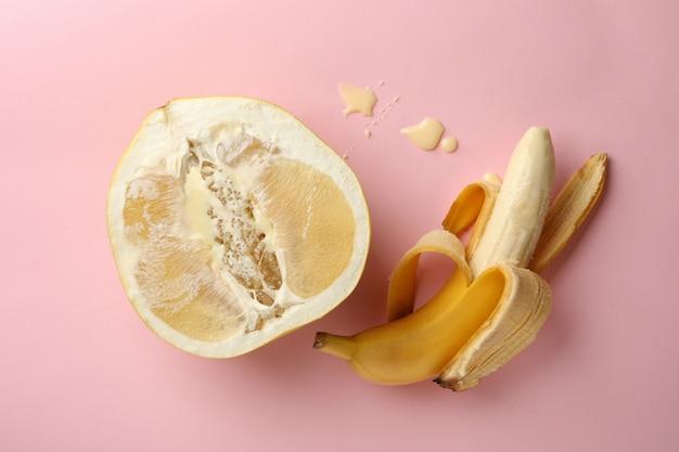 분홍색 배경에 농축 우유와 바나나와 포멜로 과일