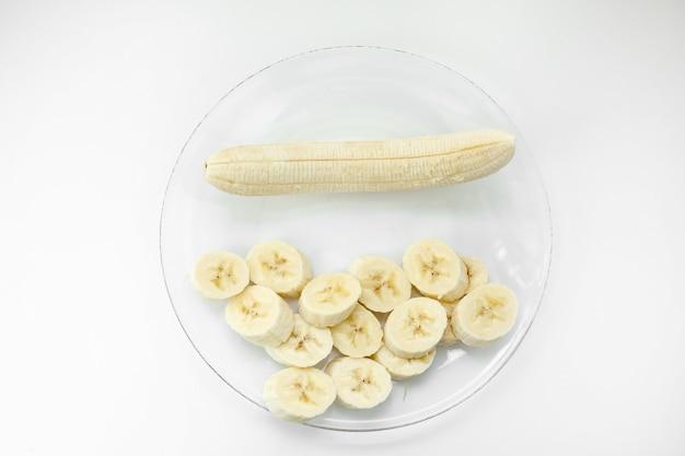 바나나와 흰색 배경 평면도에 접시에 조각