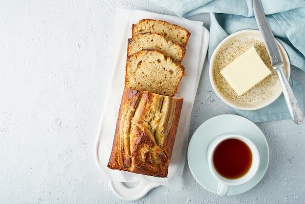 Банановый хлеб. торт с бананом, традиционная американская кухня.