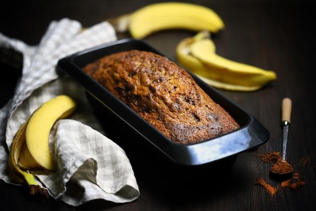 ベーキング皿のバナナブレッド。