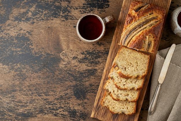 Банановый хлеб на деревянной доске