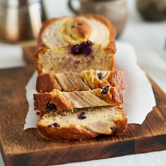 Банановый хлеб кусок торта с бананом и черникой утренний завтрак с кофе