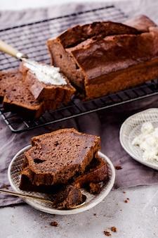 ココア入りバナナブレッド、カッテージチーズ入りスライス、美味しい朝食、セレクティブフォーカス、縦型。