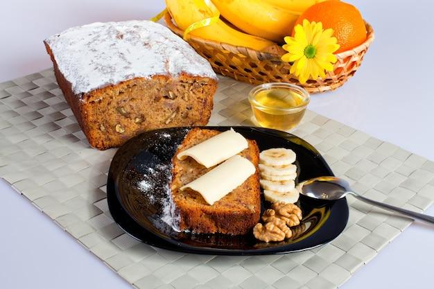 Банановый хлеб с медовыми орехами и нарезанным бананом