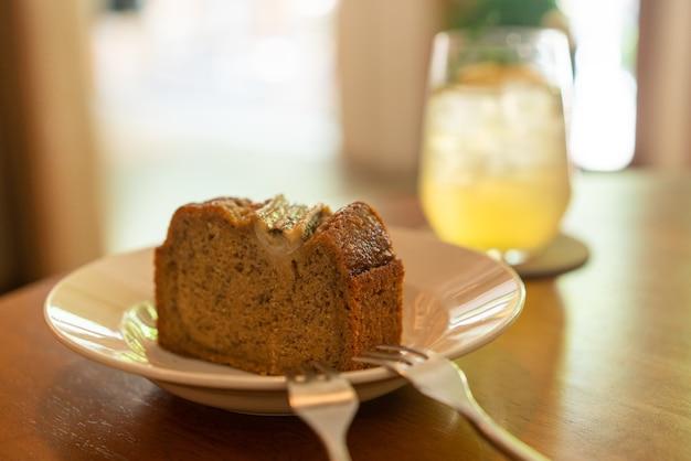 Банановый торт на тарелке в кафе-ресторане