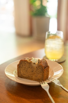 Banana cake on plate in cafe restaurant - soft selective focus point Premium Photo