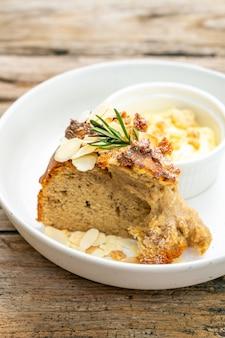 Банановый торт со сливочным сыром и крошкой на тарелке