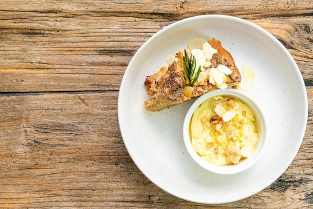 Банановый торт со сливочным сыром и крошкой на тарелке Premium Фотографии