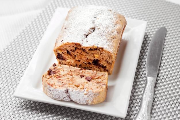 Банановый торт с грецкими орехами и темным шоколадом