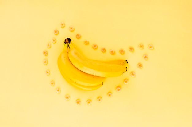 Banana e cereali intorno ad esso