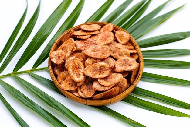 熱帯のヤシの葉の竹かごのバナナチップ