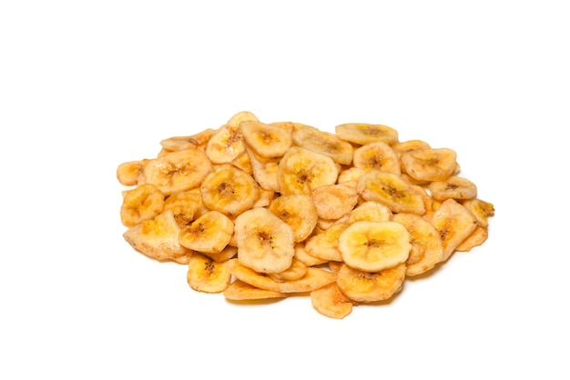 白い背景に分離されたバナナチップ。脱水バナナスライス。