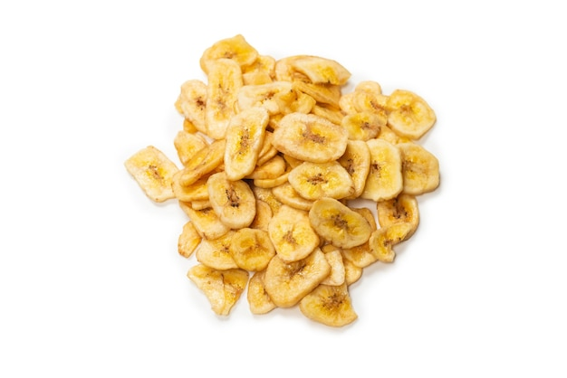 白い背景で隔離のバナナチップ。脱水バナナスライス。