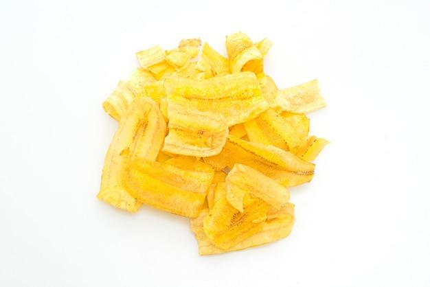 Банановые чипсы, изолированные на белом фоне