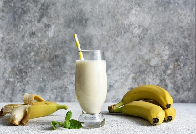 Банановый коктейль с мороженым и молоком. фруктовый молочный коктейль. смузи на завтрак.