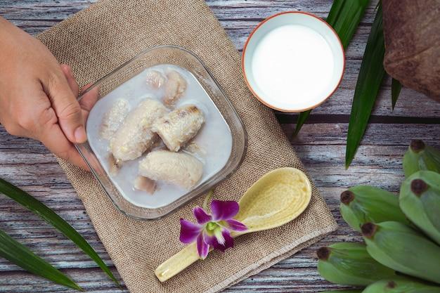 Banana in latte di cocco, dessert tailandesi tradizionali asiatici, dessert tailandesi.