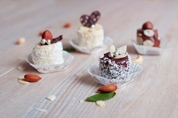 코코넛 플레이크와 함께 흰색과 어두운 초콜릿으로 덮인 바나나