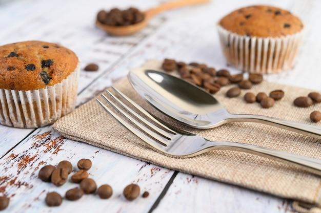 白いプレートにチョコレートチップを混ぜたバナナのカップケーキ。