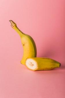 Банана разрезают наполовину