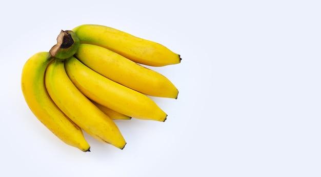 白い背景の上のバナナの果実。