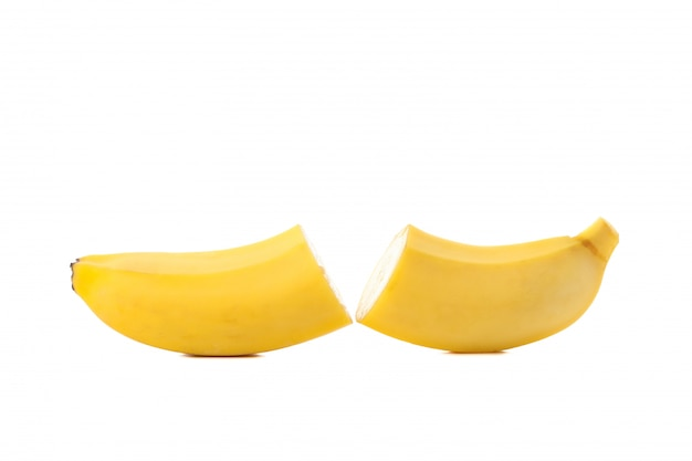 Банановые половинки изолированы. свежие фрукты