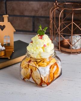 テーブルの上のバナナアイスクリーム