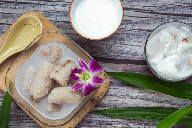 Банан в кокосовом молоке, азиатские традиционные тайские десерты, тайские десерты.