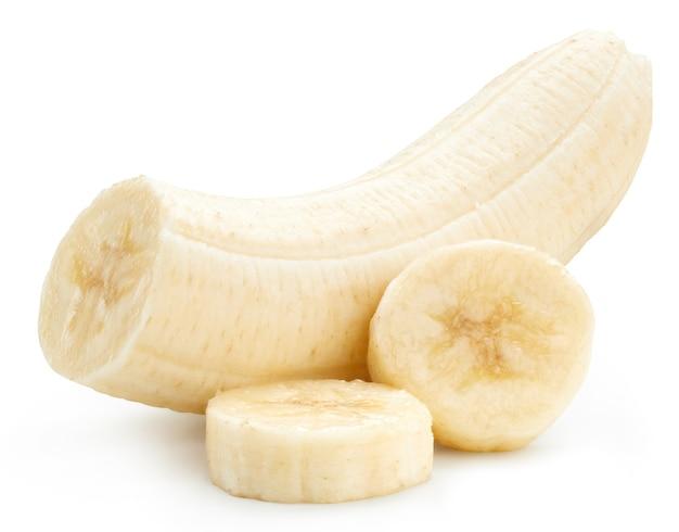 Банан, изолированные с обтравочным контуром на белом. банановые дольки фруктов