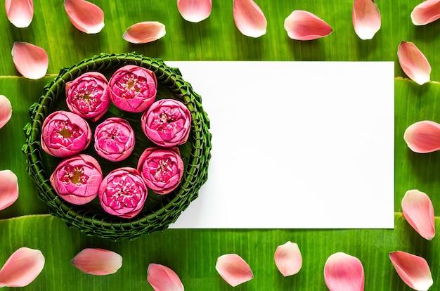 タイのバナナの葉クラトン満月またはロイクラトンフェスティバル。バナナの葉と蓮の花びらの背景にテキスト用のスペースがあります。