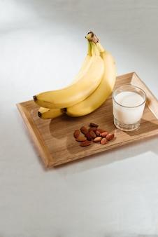 Банан, молоко и миндаль на столе