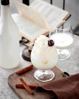 Банановый молочный коктейль на столе