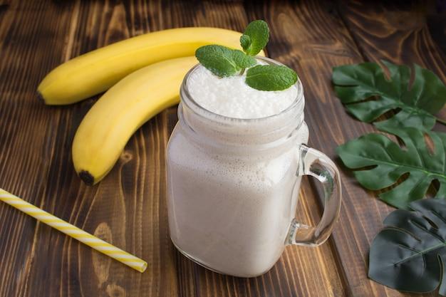 Банановый молочный коктейль на деревянном столе