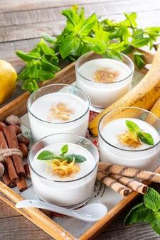 유리에 건강한 채식 디저트를 위한 바나나 무스(푸딩). 아침으로 바나나 푸딩