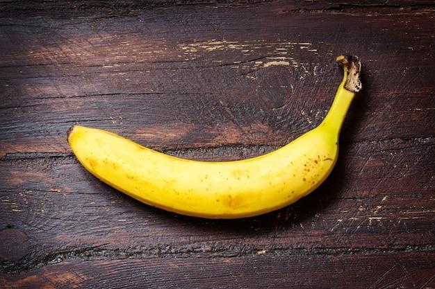 어두운 ol 나무 테이블에 바나나