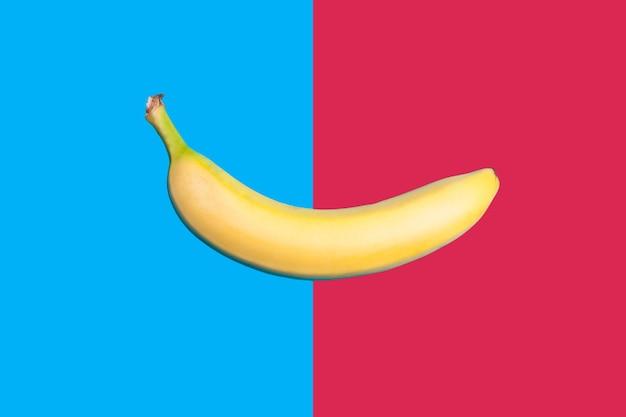 중간에 두 개의 색된 배경이 분할에 바나나. 플랫 스타일. 평면도