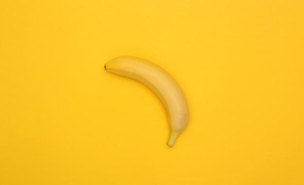 Банан на желтом фоне.