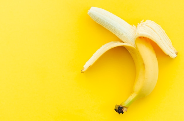 Банан на желтом фоне