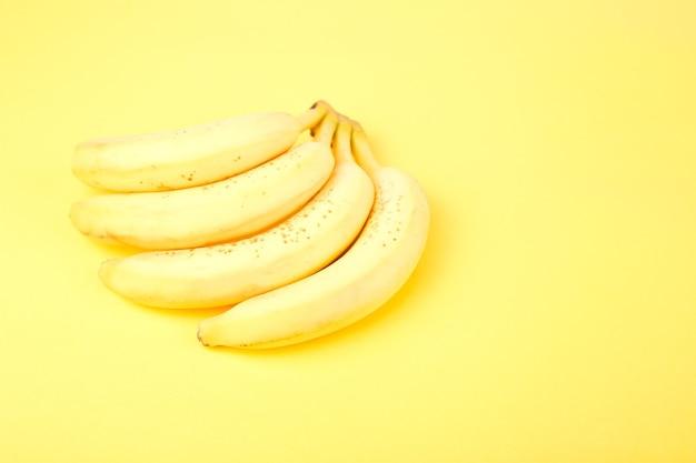 黄色い紙の背景にバナナ。