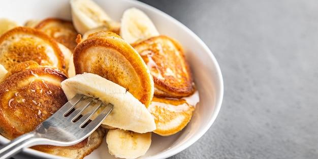 Банановые блины фруктовый сироп для завтрака мед вкусный сладкий десерт ломтик свежая еда закуска