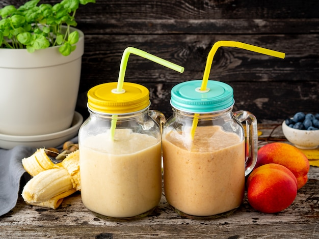 Banana peach nectarine smoothie in two jars