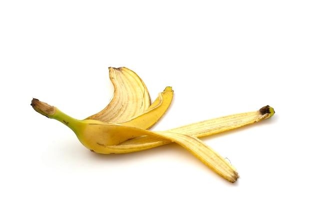 Банановая кожура для компоста, изолированные на белом фоне крупным планом.