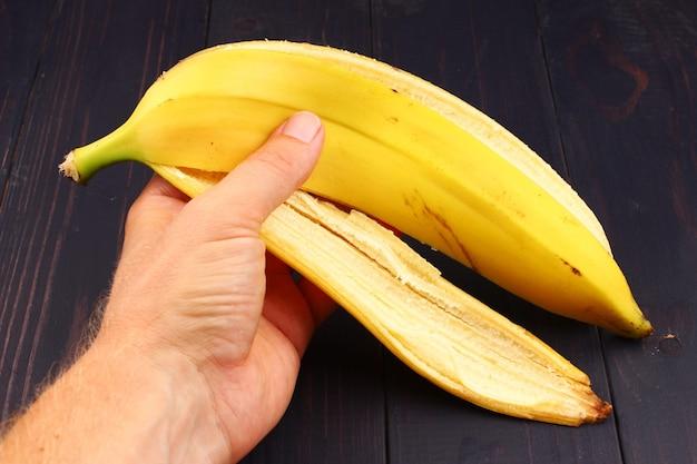 Банановая кожура в руке крупным планом