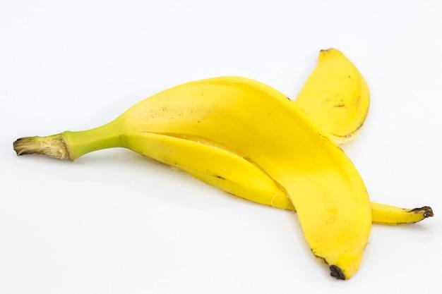 白い背景の上のバナナの皮をクローズアップ