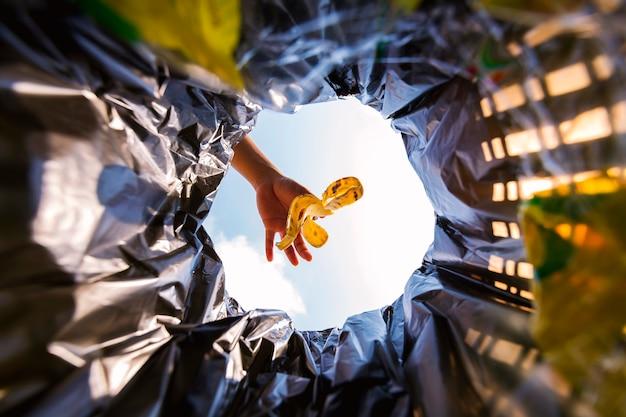 Банановая кожура была выброшена в мусорный мешок для утилизации. посмотрите изнутри корзины.