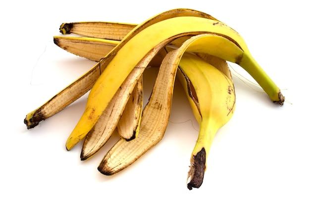 바나나 껍질 흰색 배경에 고립입니다. 퇴비 재료, 유기 비료.