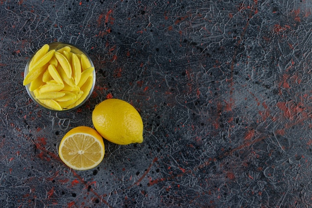 어둠에 신선한 레몬 바나나 모양의 씹는 사탕
