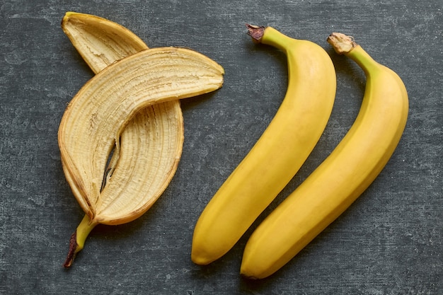バナナの皮と2本のバナナ全体が分離されています