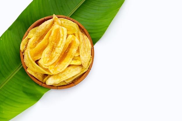 바나나 잎에 대나무 바구니에 바나나 슬라이스 칩